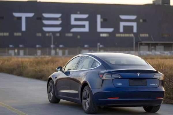 Цена акций Tesla выросла еще на 48 долларов США в пятницу, достигнув максимума в течение дня около 2100 долларов США